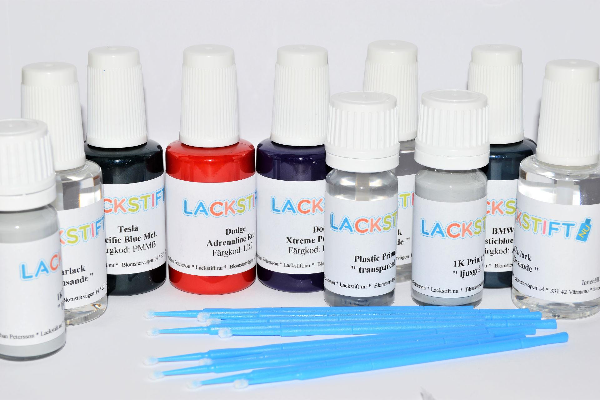 Burkar med lackstift, klarlack, grundfärg och plastic primer samt penslar
